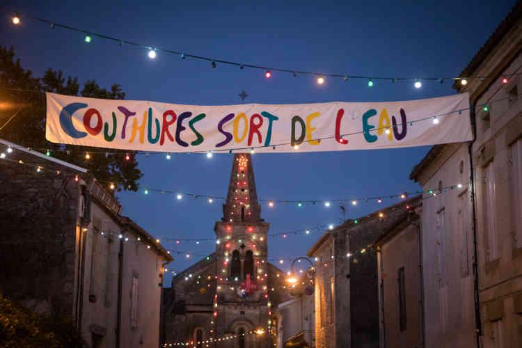 La banderole «Couthures sort de l'eau» installée devant l'entrée du village, dès vendredi 12 juillet.