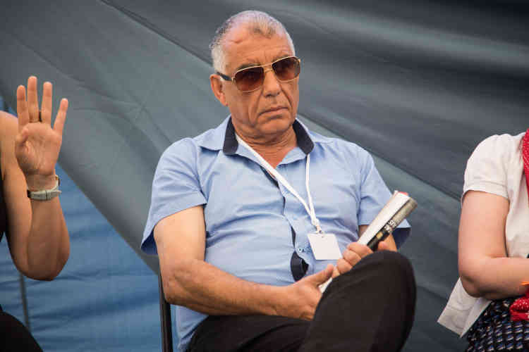 """Le militant tunisien Messaoud Romdhani lors de la conférence """"Que faire de la mémoire?"""" animée par Sana Sbouaï et Pierre Haski, samedi 13 juillet."""