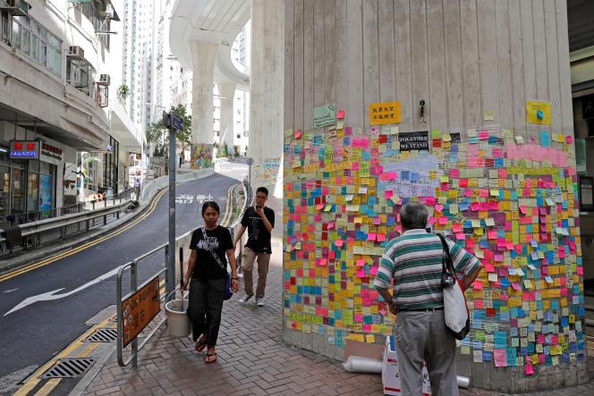 Des mémos sont collés sur les «murs Lennon» par les manifestants opposés au projet de loi contre l'extradition, à Hongkong, le 12 juillet.