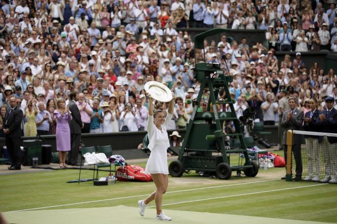 Simona Halep célèbre sa victoire et son titre, à Wimbledon, le 13 juillet.