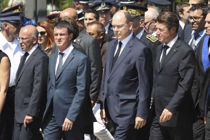 Christian Estrosi, à droite,et Eric Ciotti, à gauche, arrivent pour assister à une minute de silence, à Nice, le 18 juillet 2016.