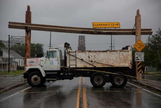 Un camion bloque l'accès à un pont, à Morgan City, en Louisiane,avant l'arrivée de la tempête tropicale Barry, le 13 juillet.