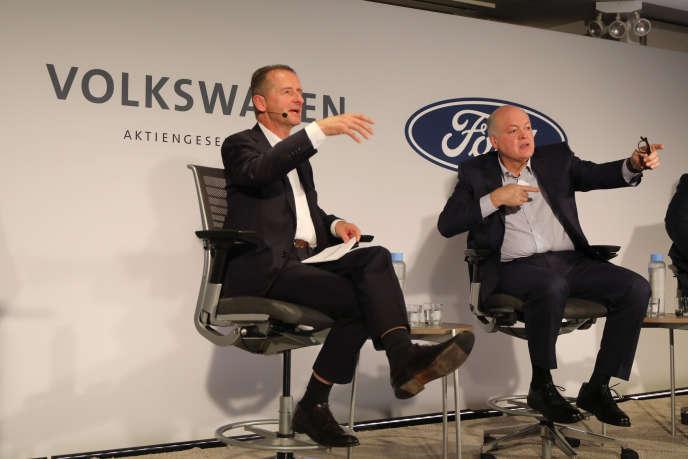 Le PDG de Wolkswagen, Herbert Diess (à gauche) et James Hackett, son homologue de Ford, lors d'une conférence de presse à New York, le 12 juillet 2019.