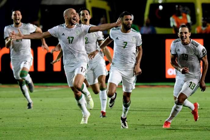 Les joueurs algériens célèbrent leur victoire.