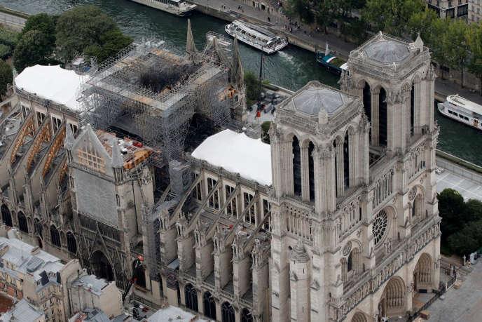 Une vue aérienne montre le toit endommagé de Notre-Dame de Paris lors de travaux de restauration, trois mois après l'incendie qui a dévasté la cathédrale de Paris, le 14 juillet.
