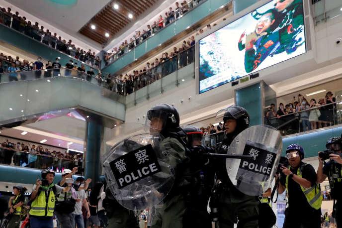 La police de Hongkong dans un centre commercial dans le district de Sha Tin, Hong Kong, le 14 juillet 2019.