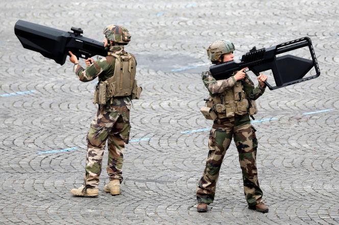Des militaires français présentent des armes antidrones lors du défilé du 14-Juillet, à Paris.