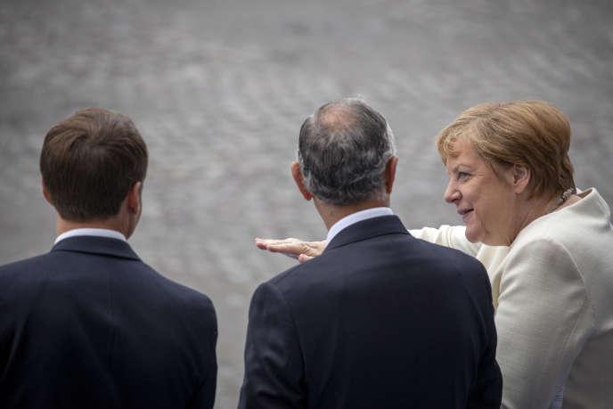 Angela Merkel assiste au traditionnel défilé militaire du 14-Juillet, sur les Champs-Elysées, à Paris, à l'occasion de la fête nationale.