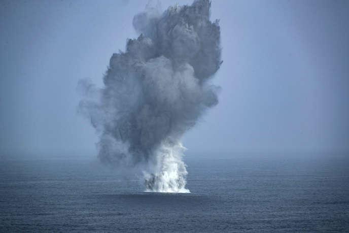 Des bombes sont larguées en mer d'Arabie, le 4 juillet, pour montrer la puissance des Etats-Unis en cette période de tension avec l'Iran.