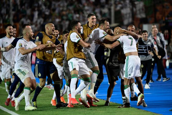 Les joueurs algériens célèbrent leur victoire, dimanche 14 juillet.