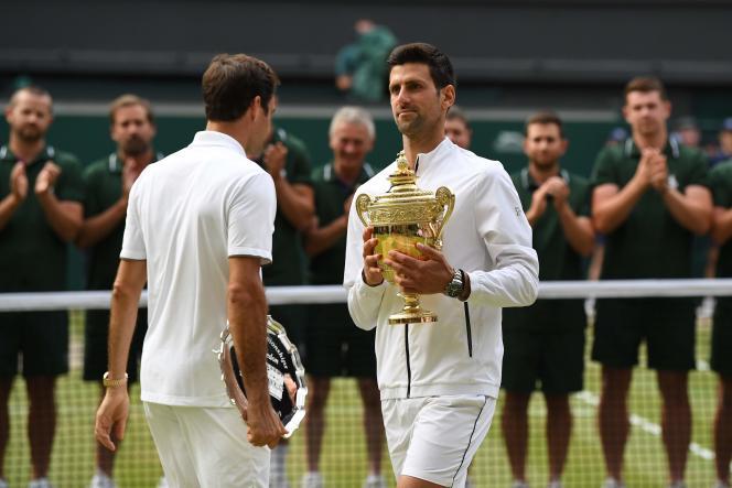 Novak Djokovic, à droite, et Roger Federer, à gauche, sur le Centre Court de Wimbledon, Londres, Royaume-Uni, le 14 juillet 2019.