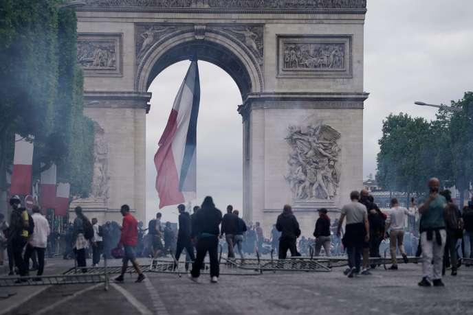 Des manifestants bloquent une partie de l'avenue des Champs-Elysées dimanche 14 juillet 2019.
