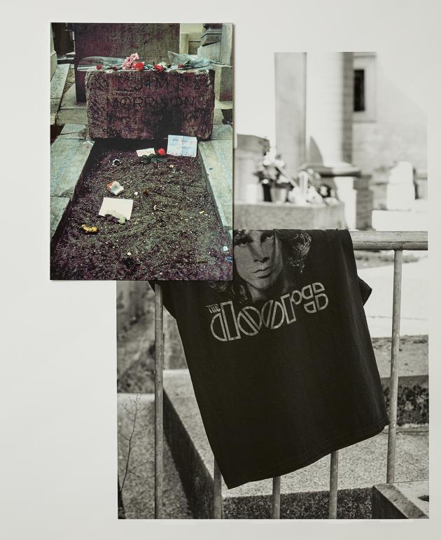 Devant la tombe de Jim Morrison, au cimetière du Père-Lachaise, à Paris.