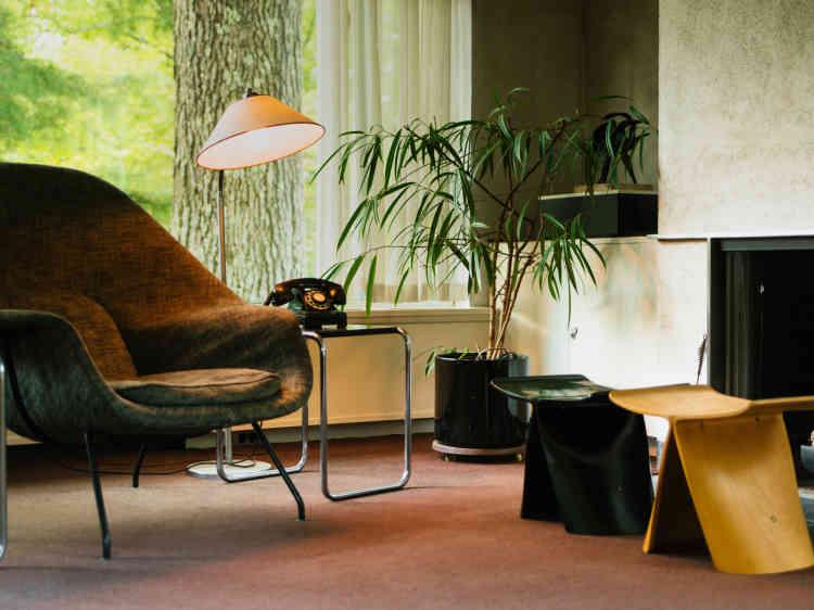 Le salon, avec un fauteuil Womb du designer finlandais EeroSaarinen, deux tabourets Butterfly signés du Japonais Sori Yanagi et une table basse du Hongrois Marcel Breuer.
