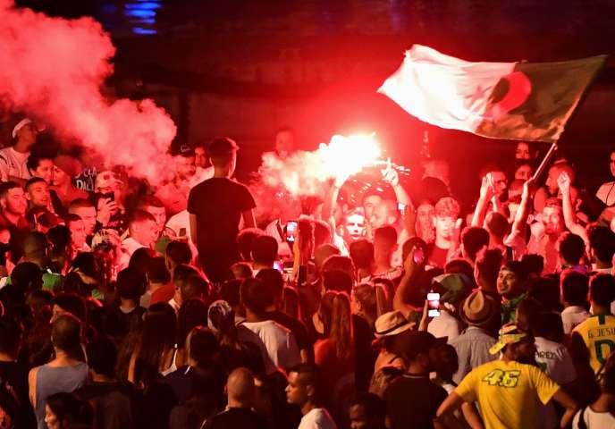 Des supporteurs de l'Algérie fêtent la qualification de leur équipe en demi-finale de la Coupe d'Afrique des nations, à Marseille, le 14 juillet.