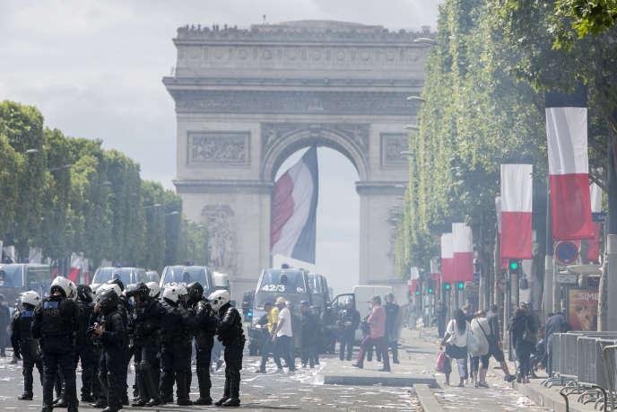 Des affrontements ont eu lieu entre la police et des jeunes, sur l'avenue des Champs-Elysées, après le défilé du 14-Juillet.