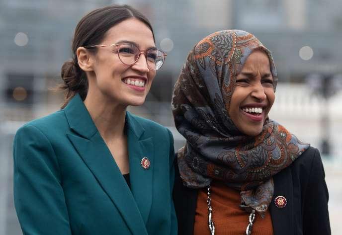 Les représentantes démocrates de New York, Alexandria Ocasio-Cortez, et du Minnesota, Ilhan Omar (R), devant le Capitole, le 7 février.