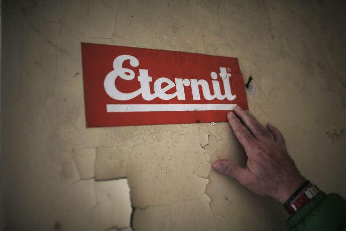 Le logo du groupe Eternit à l'usine deCasale Monferrato, Italie, le 21 novembre 2014.