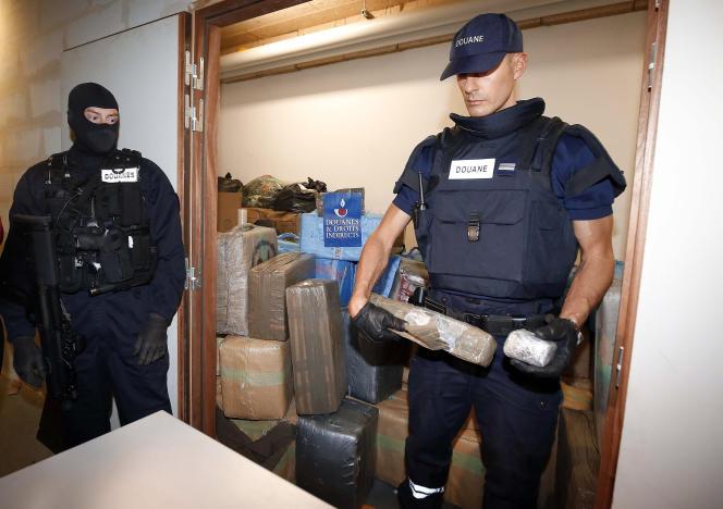 Au siège de la direction nationale du renseignement et des enquêtes douanières, à vry-sur-Seine (Val-de-Marne),après la saisie de plusieurs tonnes de cannabis à Paris, en octobre 2015.