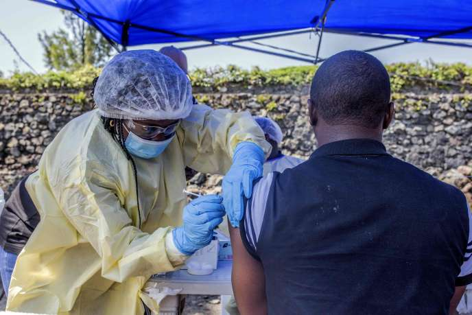 Un homme reçoit un vaccin contre Ebola, à Goma, République démocratique du Congo, le 15 juillet 2019.