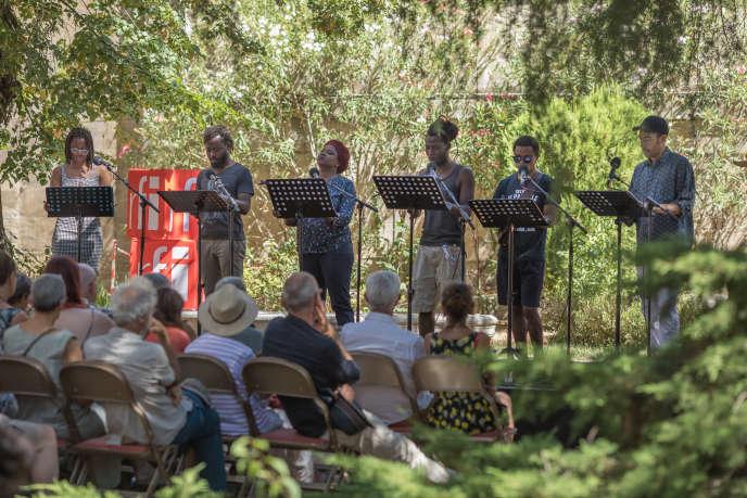 Les six comédiens de«Ça va, ça va le monde!», le cycle de lecture de textes francophones des pays du Sud dans le cadre du Festival d'Avignon, en juillet 2019.