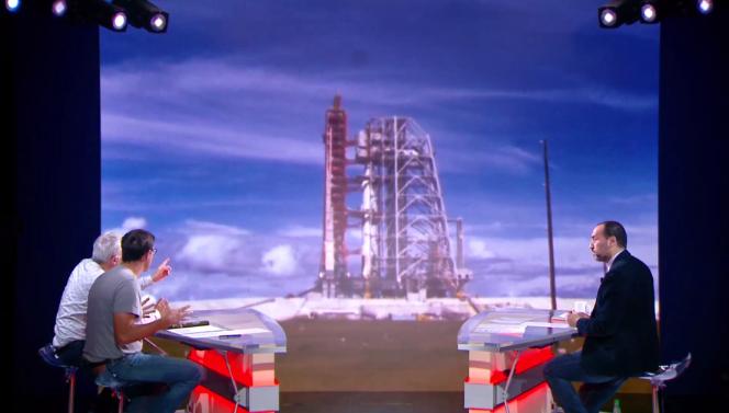Le présentateur de L'Equipe Explore Messouad Benterki face au planétologue Charles Frankel (brun) et à Philippe Henarejos, rédacteur en chef du magazine « Ciel et Espace ».