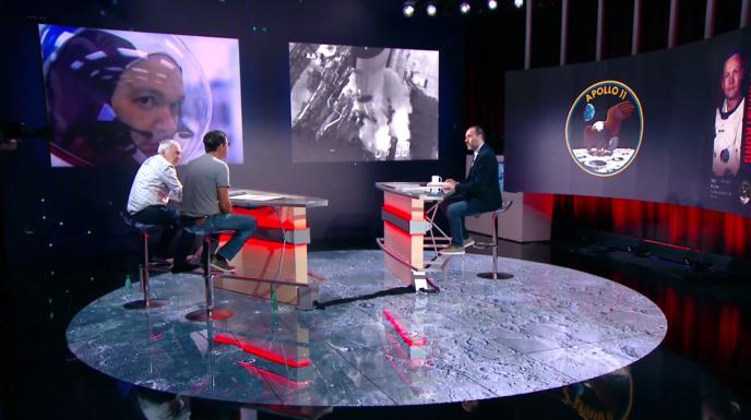 Le présentateur Messouad Benterki face au planétologue Charles Frankel (au centre) et à Philippe Henarejos, rédacteur en chef du magazine « Ciel et Espace ».