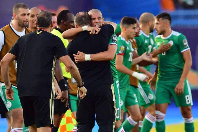 Le 11 juillet 2019, à Suez, en Egypte, l'entraîneur franco-algérien Djamel Belmadi fête avec son équipe sa qualification pour les demi-finales de la Coupe d'Afrique des nations.