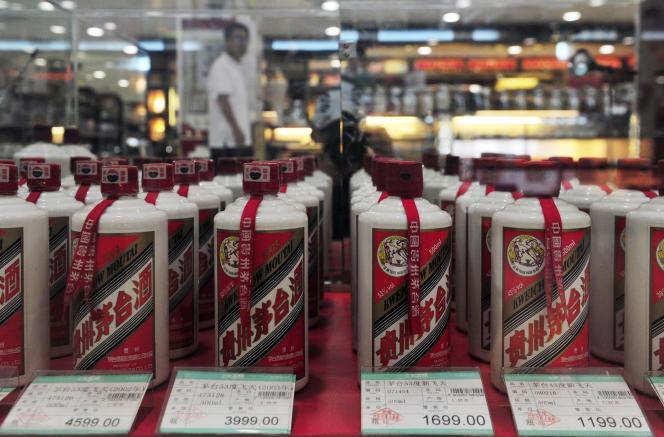 Des bouteilles de baijiu de la marque Moutai dans un supermarché à Shenyang, province chinoise de Liaoning, en 2012.