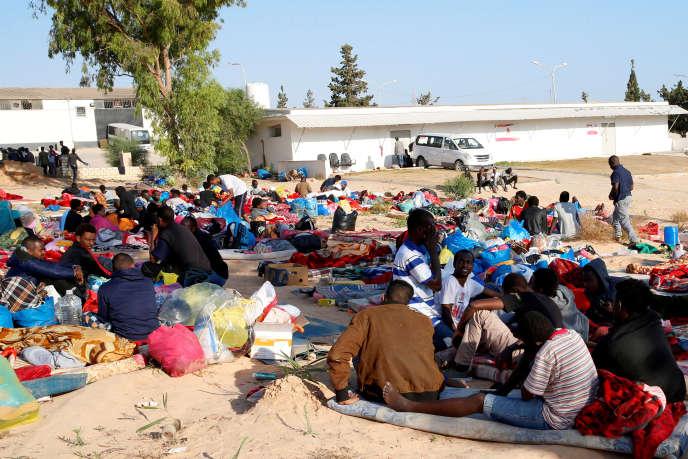 Des migrants dans le centre de détention de Tadjourah (Libye), le 3 juillet.
