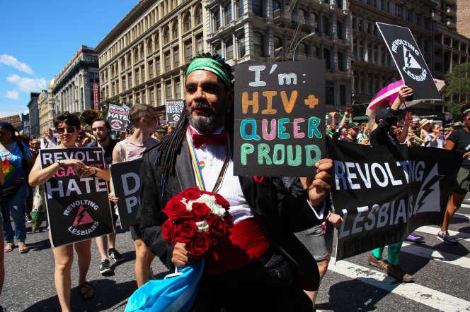 Un activiste affiche sa solidarité avec les malades du VIH, lors d'une « marche de libération queer», à New York, le 30 juin.