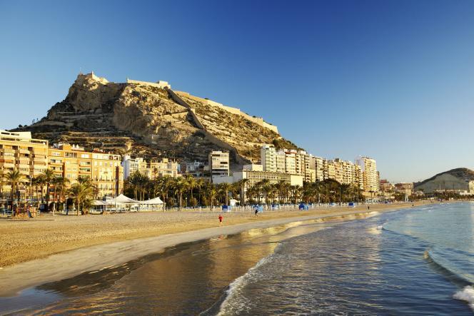 Plage de Postiguet avec le chateau de San Fernando en arrière-plan, ville d'Alicante, sur la Costa Blanca.
