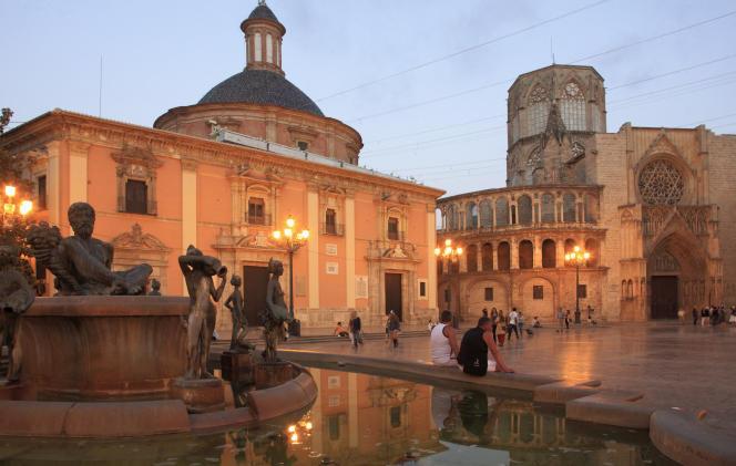 Place de la Vierge à Valence.