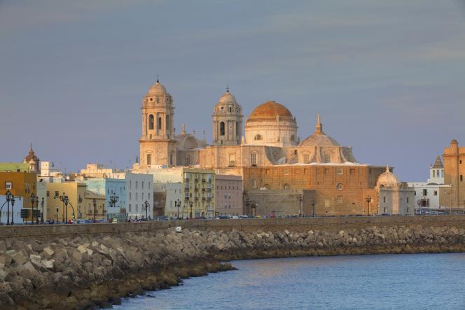 L'Eglise de Santa Cruz et la cathédral de Cadix, en Andalousie. Cadix s'est valorisé de 10 % en 2018, mais les tarifs y restent très abordables.