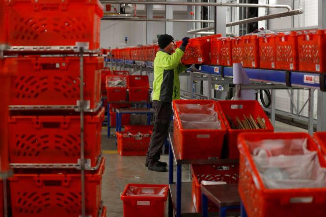 Un salarié du distributeur en ligne britannique Ocado, à Andover, en Grande-Bretagne, le 1er mai 2018.