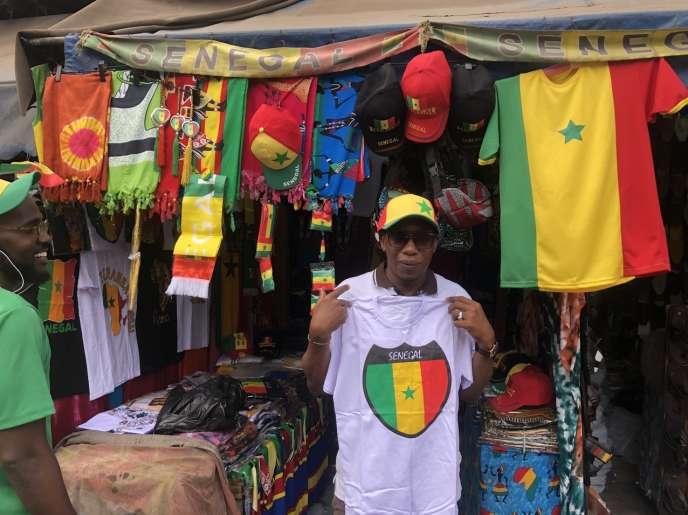 Le 16 juillet 2019, dans les boutiques du Plateau, à Dakar, les vendeurs de maillots du Sénégal commencent à être à cours de stocks à trois jours de la finale de la CAN Sénégal-Algérie.