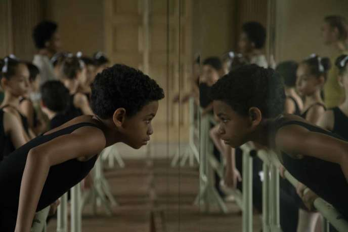 Edilson Manuel Olvera incarne le danseur Carlos Acosta enfant.