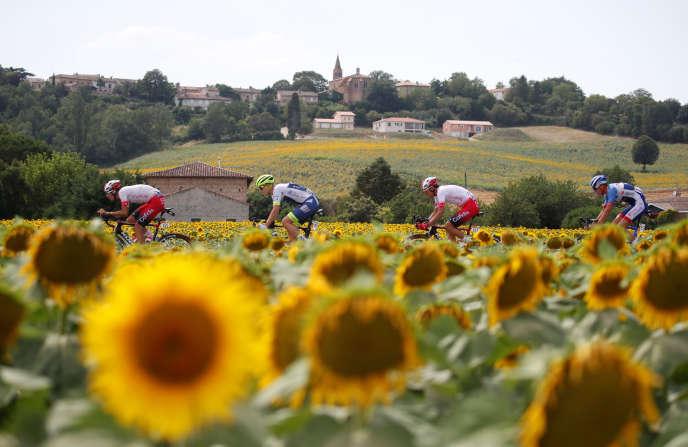 Des coureurs des équipes Cofidis, Wanty-Groupe Gobert et Total-Direct Energie échappés sur la route du Tour de France 2019.