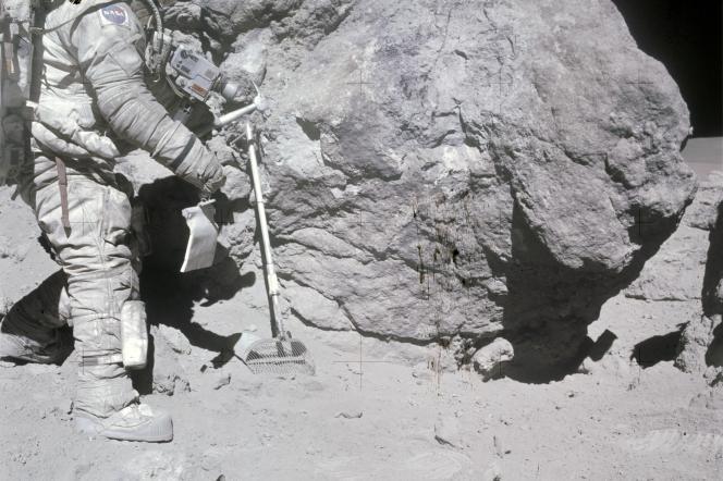 L'astronaute Charles Duke collecte des échantillons durant la mission Apollo-16, en avril1972.