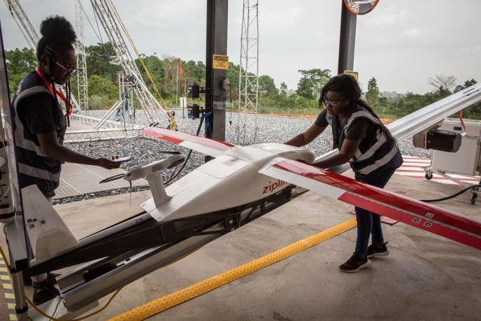 Un drone de l'entreprise Zipline le 23 avril 2019 à Accra, au Ghana, sur la rampe de lancement.