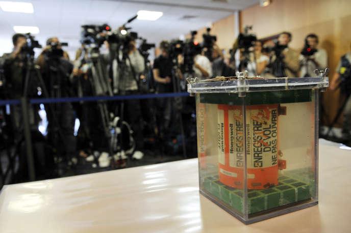 Un enregistreur de données de vol de l'AF447 Rio-Paris est présenté devant des journalistes lors d'une conférence de presse tenue le 12 mai 2011 au siège de l'agence française Bureau d'enquête et d'analyse pour la sécurité de l'aviation civile (BEA) à l'aéroport du Bourget.
