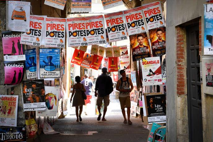 Un million de festivaliers devraient assister cette année aux quelque 1600 spectacles du « off» d'Avignon, dont les affiches sont collées partout dans la ville, comme dans cette petite rue, photographiée le 4 juillet 2019.