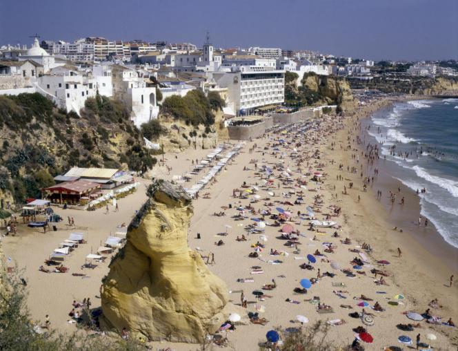 Une plage d'Albufeira, en Algarve, au sud du Portugal.