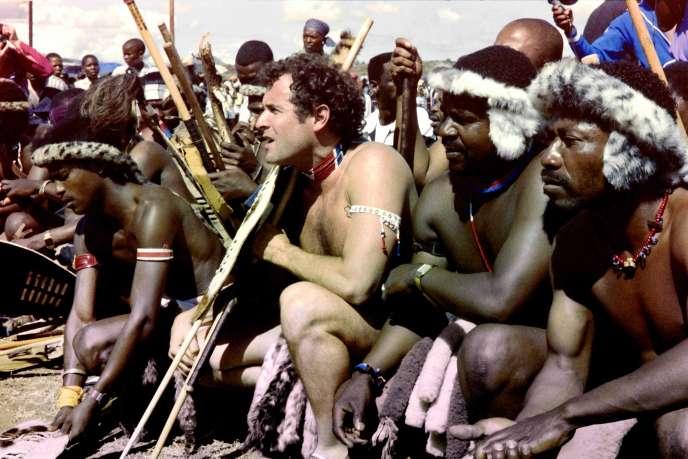 Johnny Clegg en habit traditionnel zoulou le jour de son mariage avec Jennifer Bartlett àKeate's Drift dans la province sud-africaine d'Othulini, le 27 mars 1989.