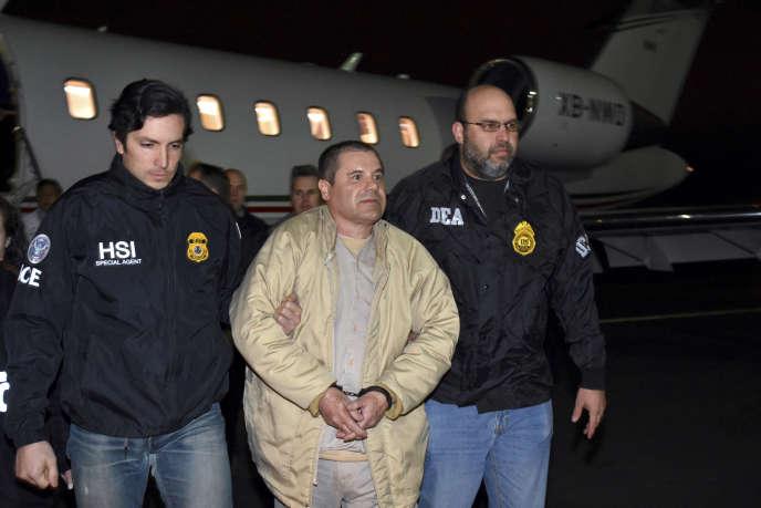 Des policiers américains escortent Joaquin Guzman à sa descente d'avion lors de son extradition, le 19 janvier 2017.