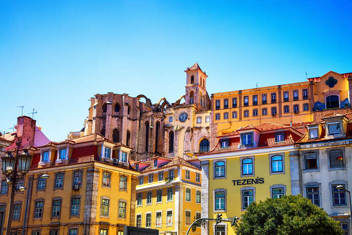 Il y aurait au moins 50 000 Français expatriés au Portugal. Vue sur le couvent des Carmes depuis la basse ville, Lisbonne.