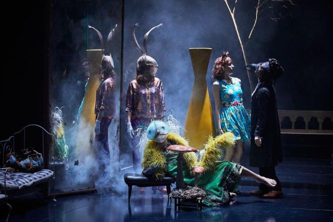 La scène se transforme en cabinet de curiosité animé, avec des êtres hybrides, mi-humains, mi-animaux, qui apparaissent comme dans un songe.