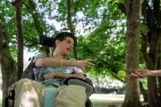 Vincent échange une balle de tennis avec sa mère Jeanine,dans un parc à Cébazat, près de Clermont-Ferrand, le 14 juillet.