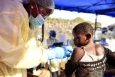 Une enfant reçoit un vaccin contre Ebola au centre de santé Himbi à Goma, en RDC le 17 juillet 2019.