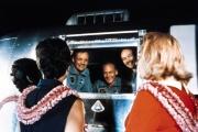 Neil Amstrong, Buzz Aldrin et Michael Collins, à leur retour sur Terre en 1969, sont accueillis par leurs épouses.